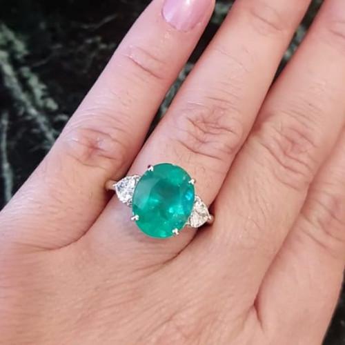 Anel de ouro branco esmeralda oval com diamantes